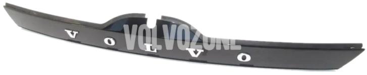 Madlo/tlačítko zámku kufra s lištou P3 V60/V60 XC bez Keyless, bez parkovacej kamery